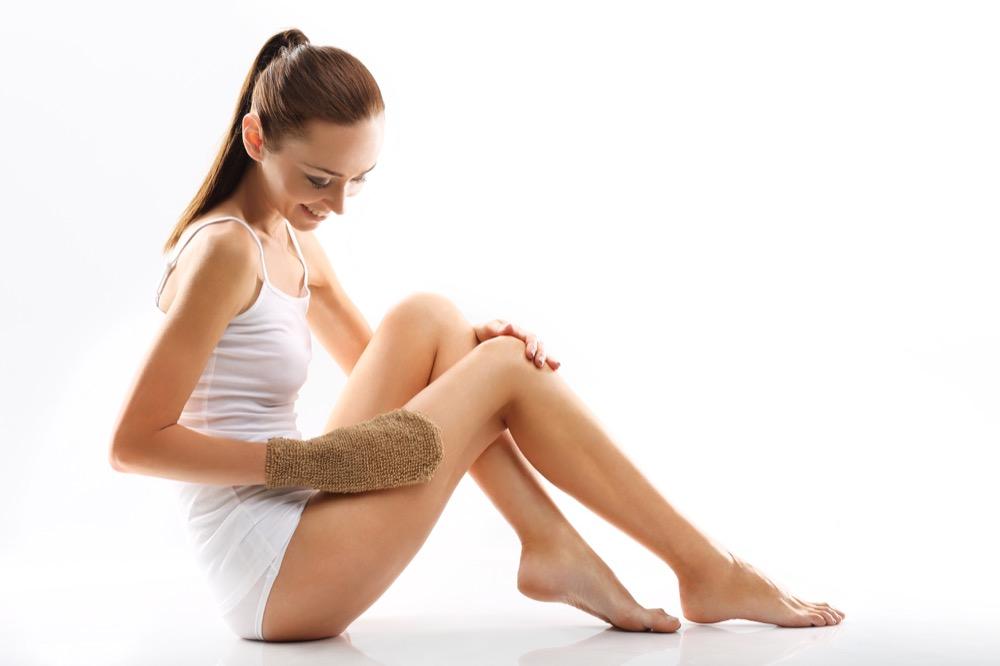 jak usunąć szorstką skórę z ud i ramion