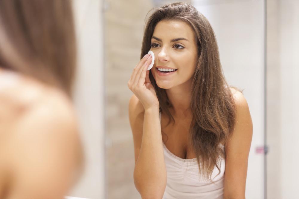 jak prawidłowo wykonać demakijaż twarzy
