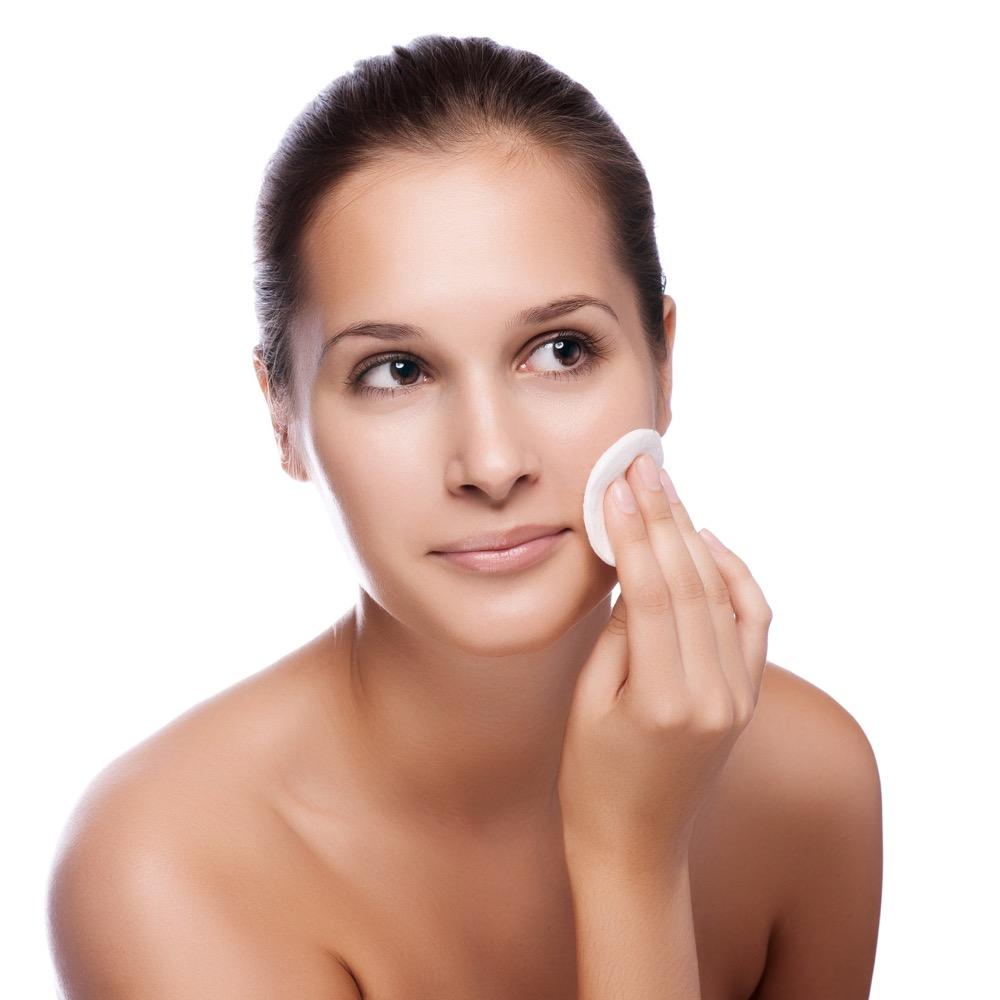 jak prawidłowo wykonywać demakijaż twarzy