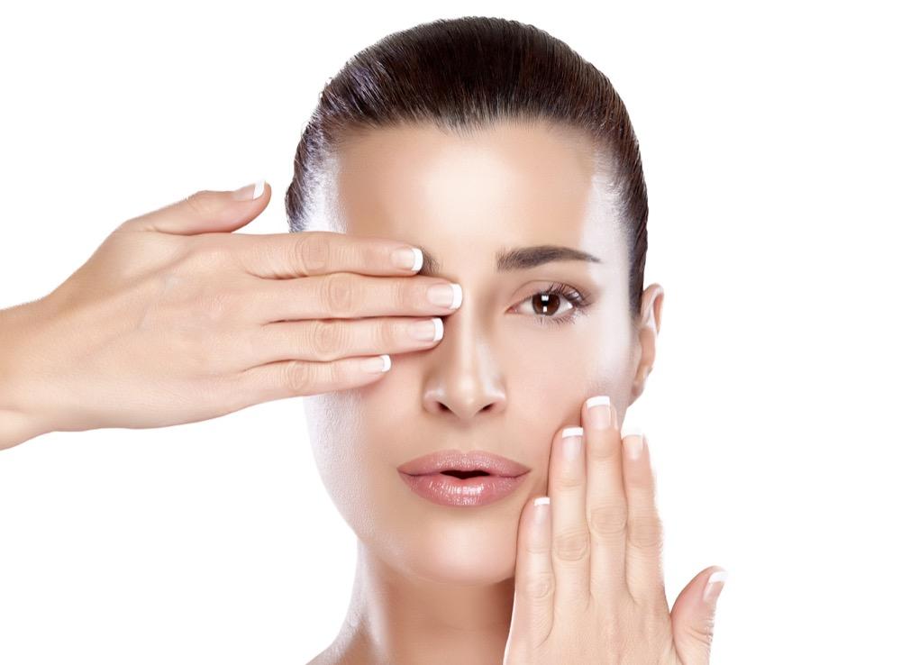Jak pielęgnować twarz przed i w trakcie miesiączki dermaestetic